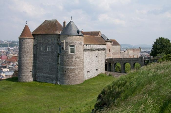 Замок со стороны склона