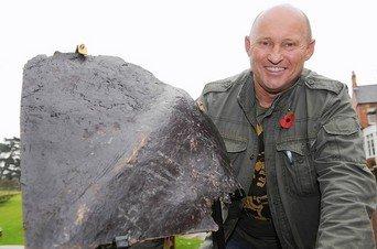 Arrestado un británico que se llevó de Iraq una nalga de la estatua de Sadam Hussein Nigel-Spud-Ely-con-el-pedazo-d_54245167145_51347059679_342_226