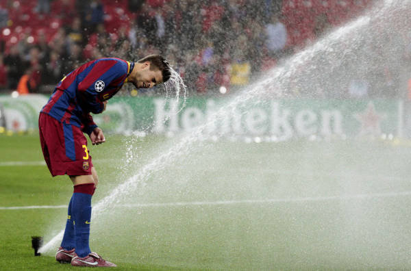 صور اضافية عن لقاء برشلونة ضد المان بعد المباراة  Gerard-Pique-juega-con-los-asp_54161073565_54115221154_600_396