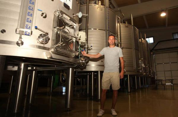 """صور """" الاندريس """"يقضي اجمل سنواتهـ يفتتح مصنع للنبيذ وغداً ذكرى هدفة في نهائي المونديال  Andres-Iniesta-en-su-bodega-de_54183608719_54115221154_600_396"""