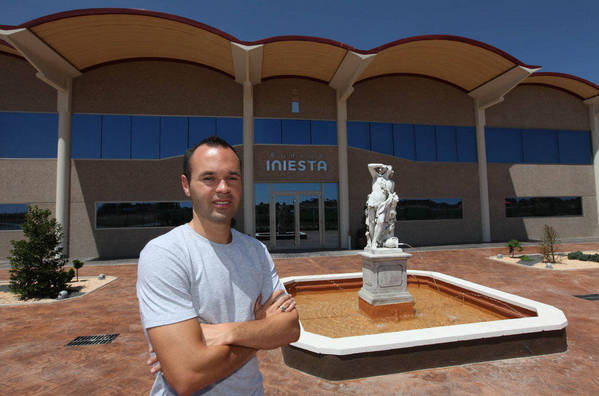 """صور """" الاندريس """"يقضي اجمل سنواتهـ يفتتح مصنع للنبيذ وغداً ذكرى هدفة في نهائي المونديال  Andres-Iniesta-en-su-bodega-de_54183608742_54115221154_600_396"""