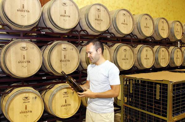 """صور """" الاندريس """"يقضي اجمل سنواتهـ يفتتح مصنع للنبيذ وغداً ذكرى هدفة في نهائي المونديال  Andres-Iniesta-en-su-bodega-de_54183608758_54115221154_600_396"""