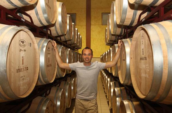 """صور """" الاندريس """"يقضي اجمل سنواتهـ يفتتح مصنع للنبيذ وغداً ذكرى هدفة في نهائي المونديال  Andres-Iniesta-en-su-bodega-de_54183608768_54115221154_600_396"""