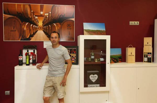 """صور """" الاندريس """"يقضي اجمل سنواتهـ يفتتح مصنع للنبيذ وغداً ذكرى هدفة في نهائي المونديال  Andres-Iniesta-en-su-bodega-de_54183623701_54115221154_600_396"""