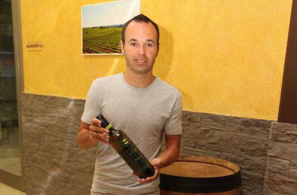 """صور """" الاندريس """"يقضي اجمل سنواتهـ يفتتح مصنع للنبيذ وغداً ذكرى هدفة في نهائي المونديال  Andres-Iniesta-en-su-bodega-de_54183623716_54115221154_600_396"""