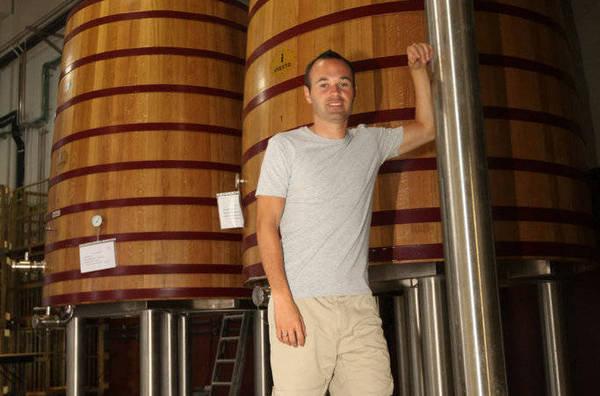 """صور """" الاندريس """"يقضي اجمل سنواتهـ يفتتح مصنع للنبيذ وغداً ذكرى هدفة في نهائي المونديال  Andres-Iniesta-en-su-bodega-de_54184506369_54115221154_600_396"""