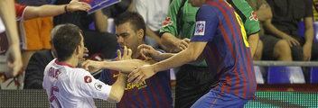 El Barsa: el club más violento del mundo Sergio-empuja-a-Alex-Final-Lig_54312766473_54115221159_352_120