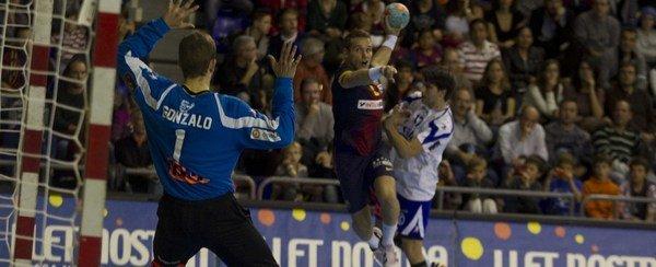 31-24: El Barcelona gana al Granollers Victor-Tomas-trata-de-batir-a-_54354379239_54115221155_600_244