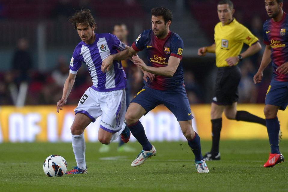 صور مباراة برشلونة - بلد الوليد 2-1 ( 19-05-2013 ) Barcelona-s-Cesc-Fabregas-duel_54374225249_54115221152_960_640