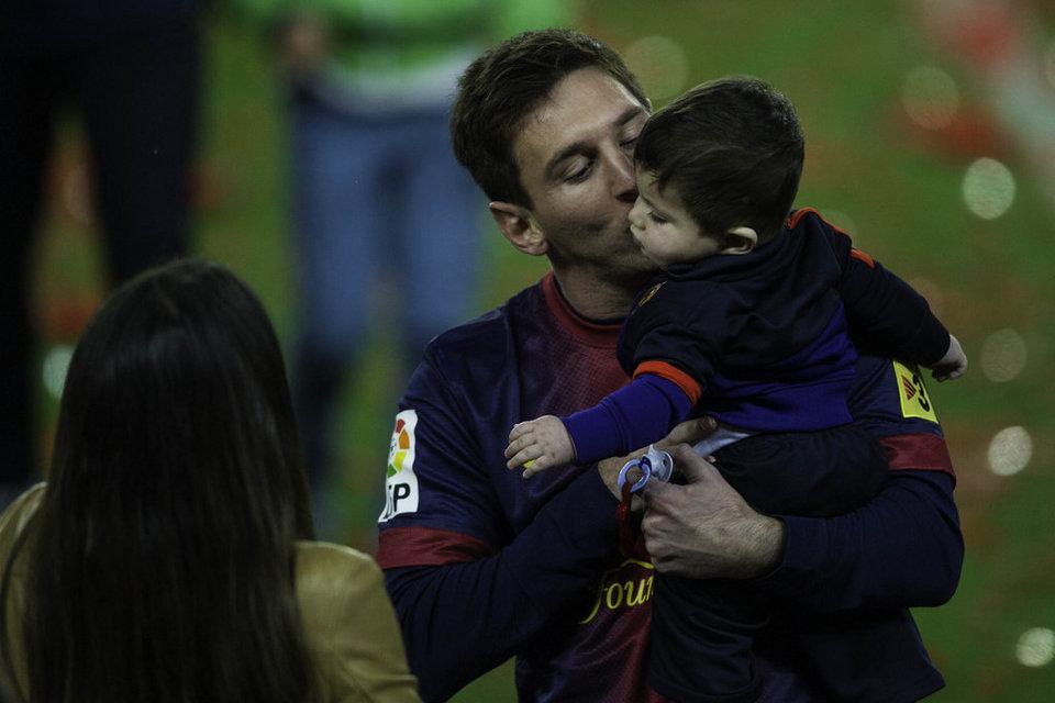 صور احتفالات برشلونة بلقب الليغا الاسبانية في ملعب الكامب نو  19-05-2013 Leo-Messi-en-una-tierna-imagen_54373680207_54115221152_960_640