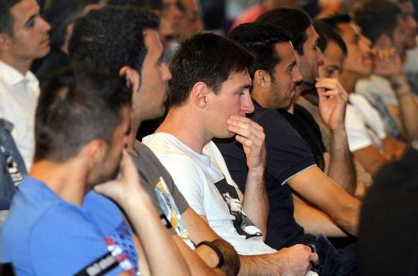 بالصور : دموع أبيدال و باقي لاعبي البارسا في ندوة الاعلان عن رحيله عن البارسا Abidal-rodeado-de-sus-companer_54374532292_54115221154_600_396
