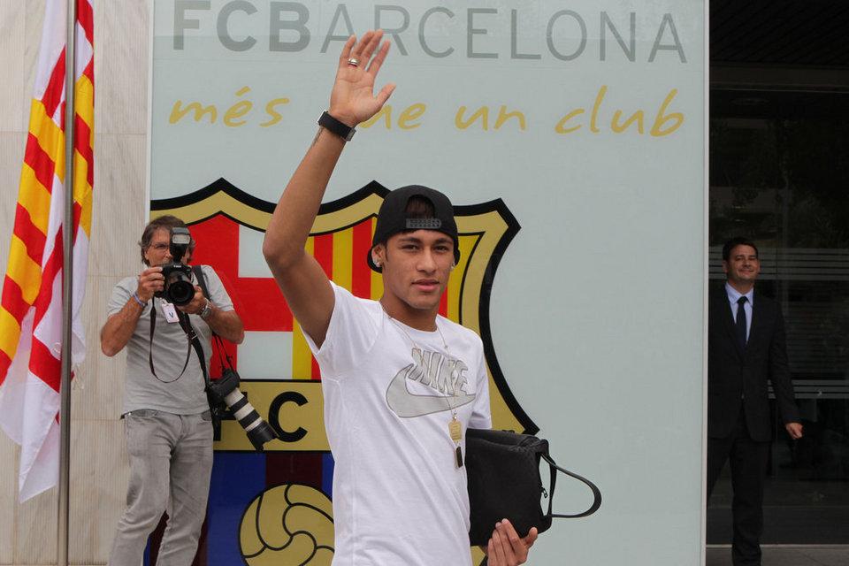 بالصور .. البرازيلي نيمار يصل إلى برشلونة .. ويستعد لاستقبال حافل في كامب نو Barcelona-03-06-13-Neymar-lleg_54374641853_54115221152_960_640