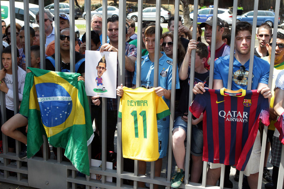 بالصور .. البرازيلي نيمار يصل إلى برشلونة .. ويستعد لاستقبال حافل في كامب نو Barcelona-03-06-13-Neymar-lleg_54374641868_54115221152_960_640