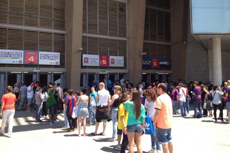 بالصور .. البرازيلي نيمار يصل إلى برشلونة .. ويستعد لاستقبال حافل في كامب نو Cola-en-el-Camp-Nou-para-ver-a_54374641496_54115221152_960_640