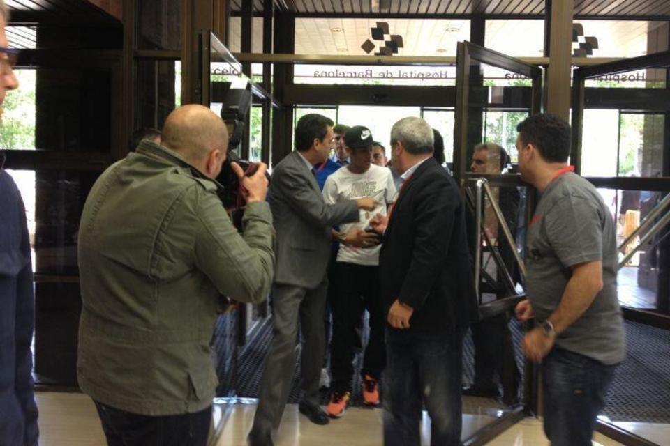 بالصور .. البرازيلي نيمار يصل إلى برشلونة .. ويستعد لاستقبال حافل في كامب نو Neymar-llega-al-Hospital-de-Ba_54374640109_54115221152_960_640