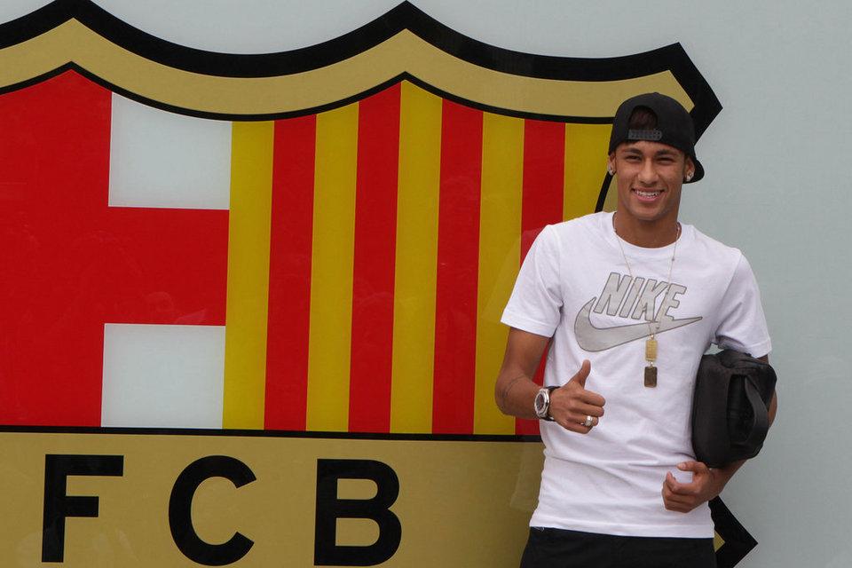 بالصور .. البرازيلي نيمار يصل إلى برشلونة .. ويستعد لاستقبال حافل في كامب نو Neymar-posa-para-los-fotografo_54374641843_54115221152_960_640