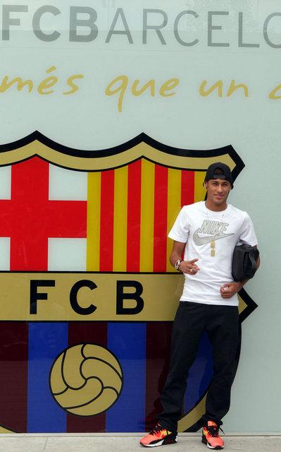 بالصور .. البرازيلي نيمار يصل إلى برشلونة .. ويستعد لاستقبال حافل في كامب نو Neymar-posa-para-los-fotografo_54374641848_54115221157_400_640