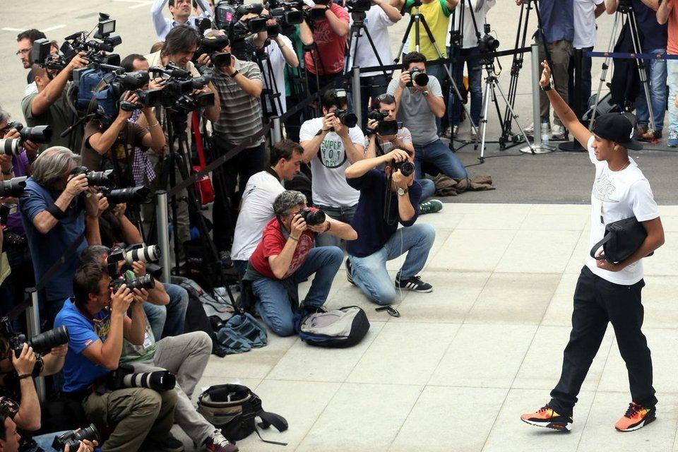بالصور .. البرازيلي نيمار يصل إلى برشلونة .. ويستعد لاستقبال حافل في كامب نو Primera-aparicion-de-Neymar-en_54374639216_54115221152_960_640