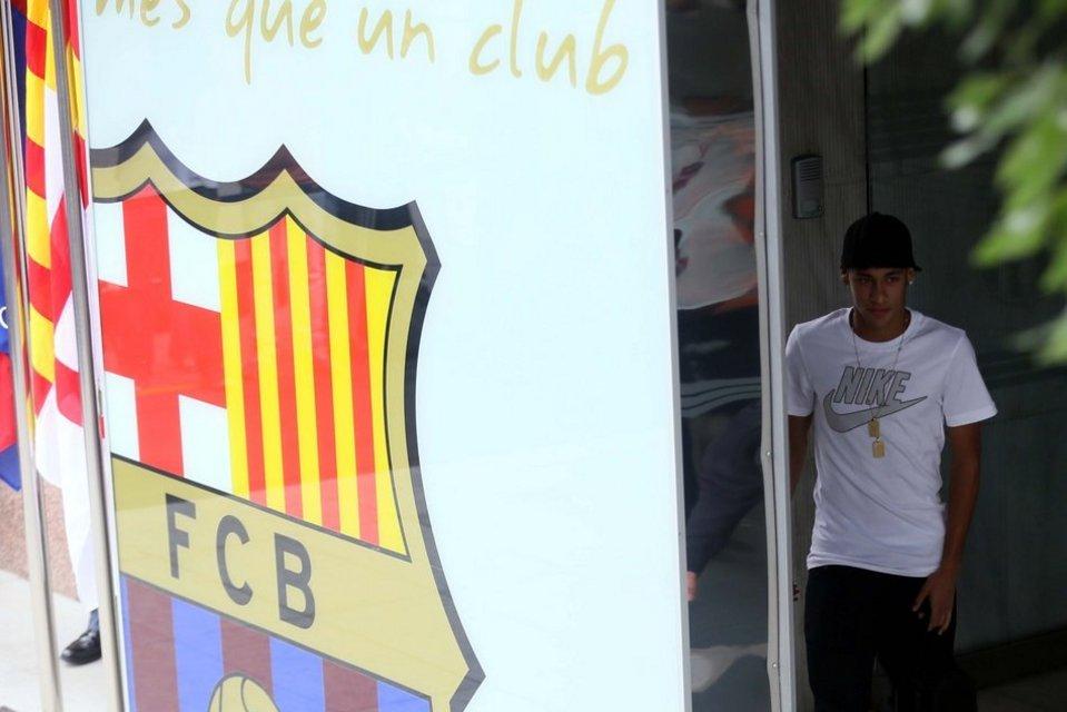 بالصور .. البرازيلي نيمار يصل إلى برشلونة .. ويستعد لاستقبال حافل في كامب نو Primera-aparicion-de-Neymar-en_54374639243_54115221152_960_640