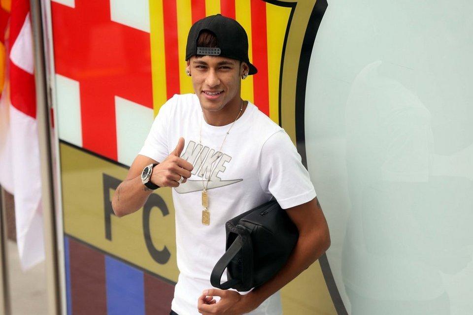 بالصور .. البرازيلي نيمار يصل إلى برشلونة .. ويستعد لاستقبال حافل في كامب نو Primera-aparicion-de-Neymar-en_54375098665_54115221152_960_640