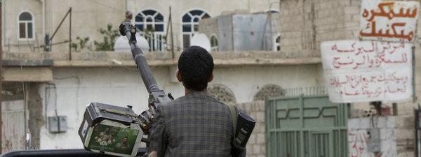 Yemen, EEUU, Arabia Saudí, Irán... - Página 5 Un-huti-bajo-las-bombas-en-San_54429495266_51351706917_600_226