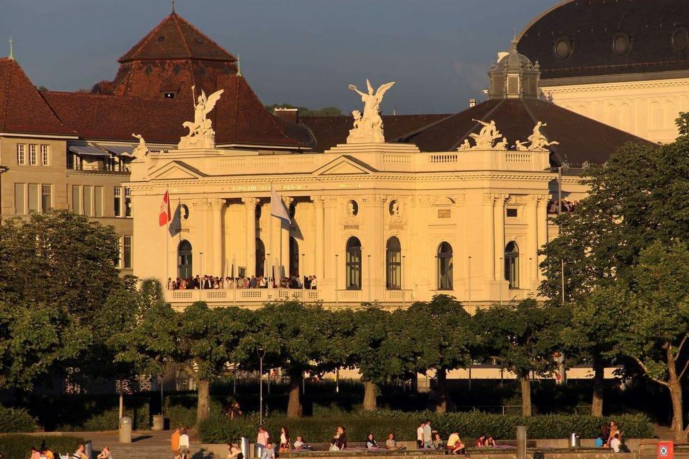 Švajcarska - Page 2 Switzerland--Zurich--Panorama--Opera-Theatre-Goers-on-Terrace_54_990x660
