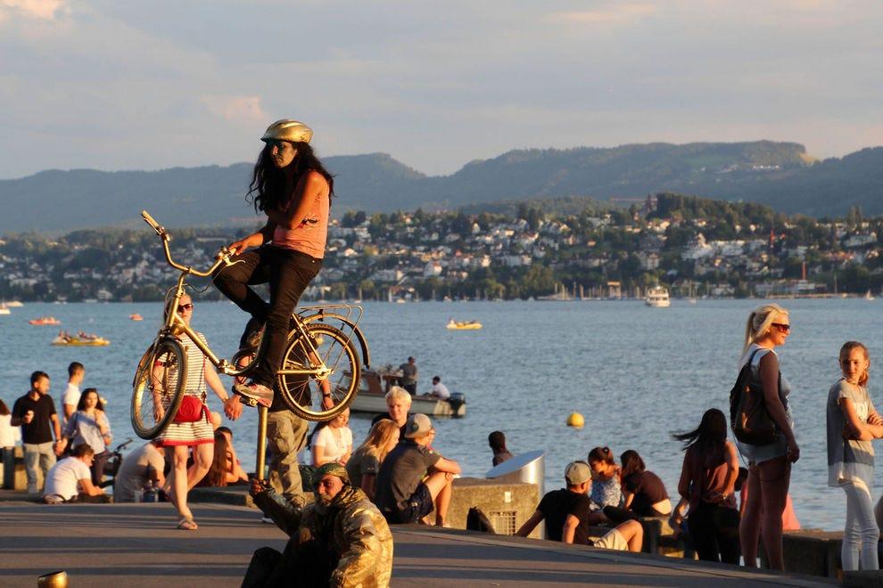 Švajcarska - Page 2 Switzerland--Zurich--Street-Entertainers--Promenade_54_990x660