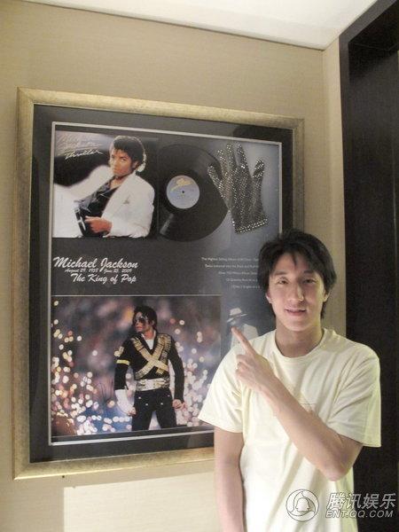 Jackie Chan compra guanto di MJ a 250mila Dollari 496762_1200x1000_0