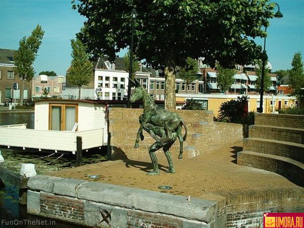 Čudne statue širom sveta - Page 2 41602346_1238081571_123791619852268