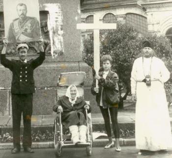 Воспоминания участников. История воздвижения крестов вместо свергнутых монументов Свердлову и Дзержинскому. 55399503_GERMOGEN_I_MAT_V_INVALIDNOY_KOLYASKE