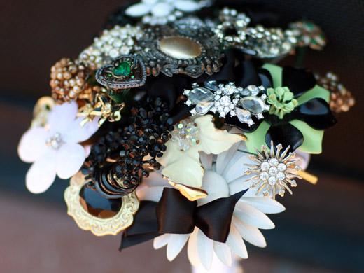 Свадебные букеты из винтажных украшений. 76389673_3437689_19fantasyfloraldesigns