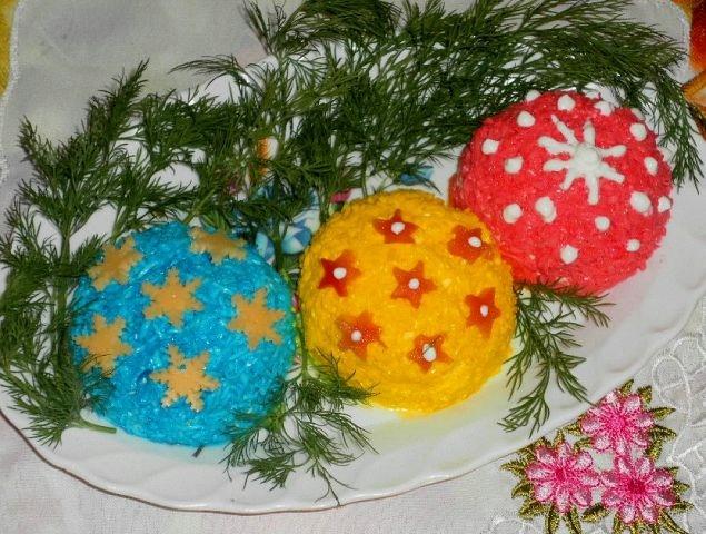 Фотоподборка оригинально оформленных новогодних салатов 108568561_novogodniysalatizplavlennogosuyra