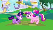 Batalha de Personagens #15  180px-Cadance_and_filly_Twilight_chanting_S2E25