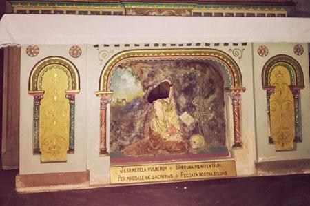 Aude: une musulmane décapite la statue célèbre de l'église Rlc-bas-relief-vandalise-52307ba