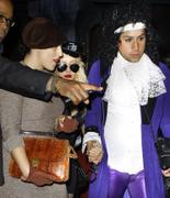[Fotos + Video] Christina se Disfraza de Policia para Halloween 2010! Th_50460_out_oct31_1288631330_122_543lo