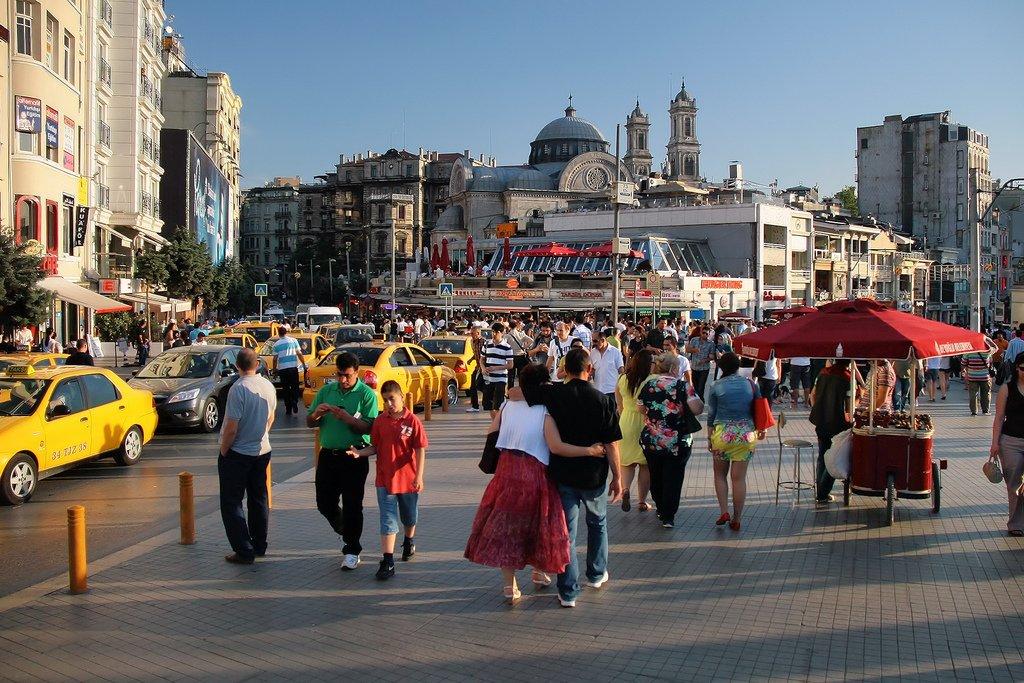ميدان تقسيم أكثر الأماكن حيوية في اسطنبول، تعرفوا عليه 1968357525
