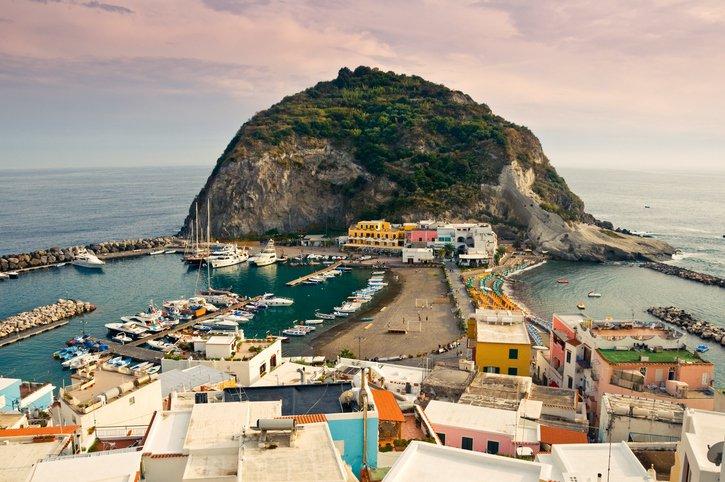 تعرفوا على جزيرة ايشيا الايطالية روعة في الجمال 18520572