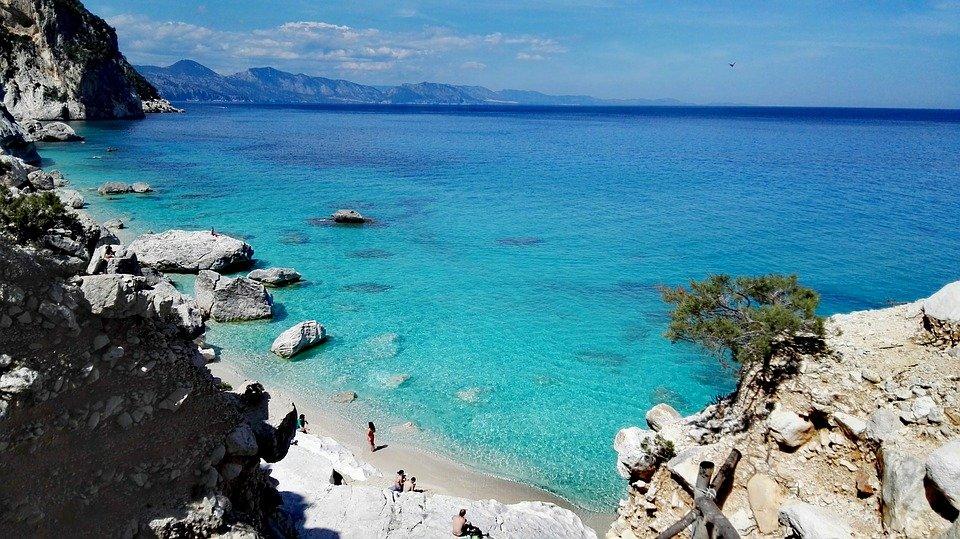 سردينيا وجهة سياحية صيفية أوروبية مهداة لهواة التاريخ والشواطئ 38236924