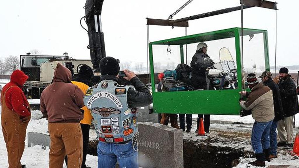 В Америке похоронили байкера верхом на мотоцикле  Mech_vs