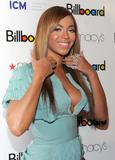Beyonce -Cleavage, Billboard's 4th Annual Women In Music, New York, 02ott09 Th_30646_Beyonce_Billboard92s_4th_Annual_Women_In_Music_NYC_021009_014_122_105lo