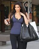 Kim Kardashian, Cleavy, Candids a Los Angeles, 06.01.2010 Th_17325__Everly_Kardashian_Ladies_5_122_7lo