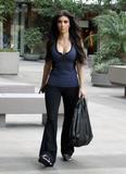 Kim Kardashian, Cleavy, Candids a Los Angeles, 06.01.2010 Th_17312__Everly_Kardashian_Ladies_1_122_528lo