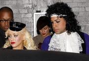 [Fotos + Video] Christina se Disfraza de Policia para Halloween 2010! Th_49958_out_oct31_1288630118_122_188lo