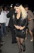 [Fotos + Video] Christina se Disfraza de Policia para Halloween 2010! Th_50477_out_oct31_1288631365_122_565lo