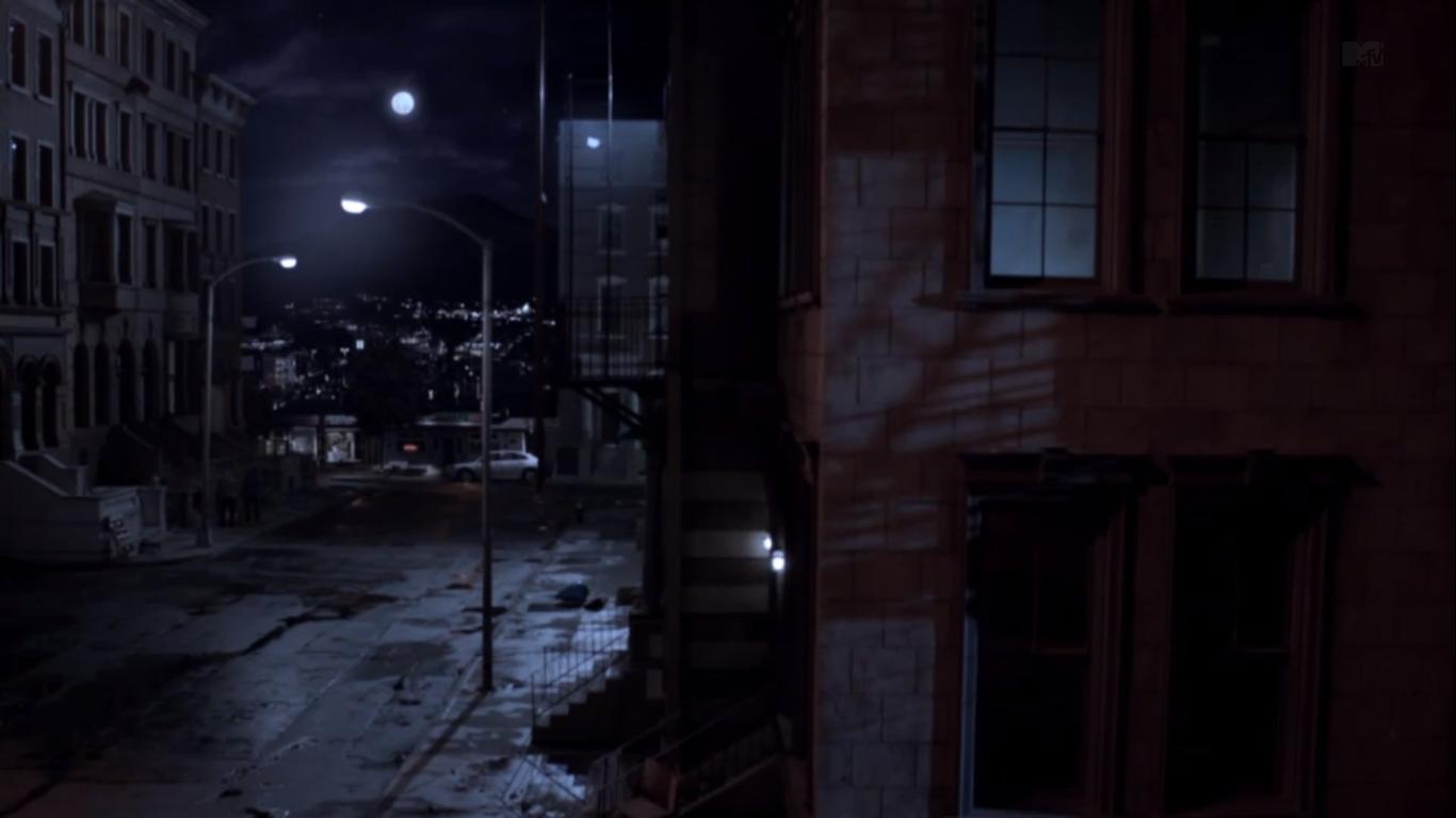 Centrum města Teen_Wolf_Season_3_Episode_1_Beacon_Hills_Street_Night