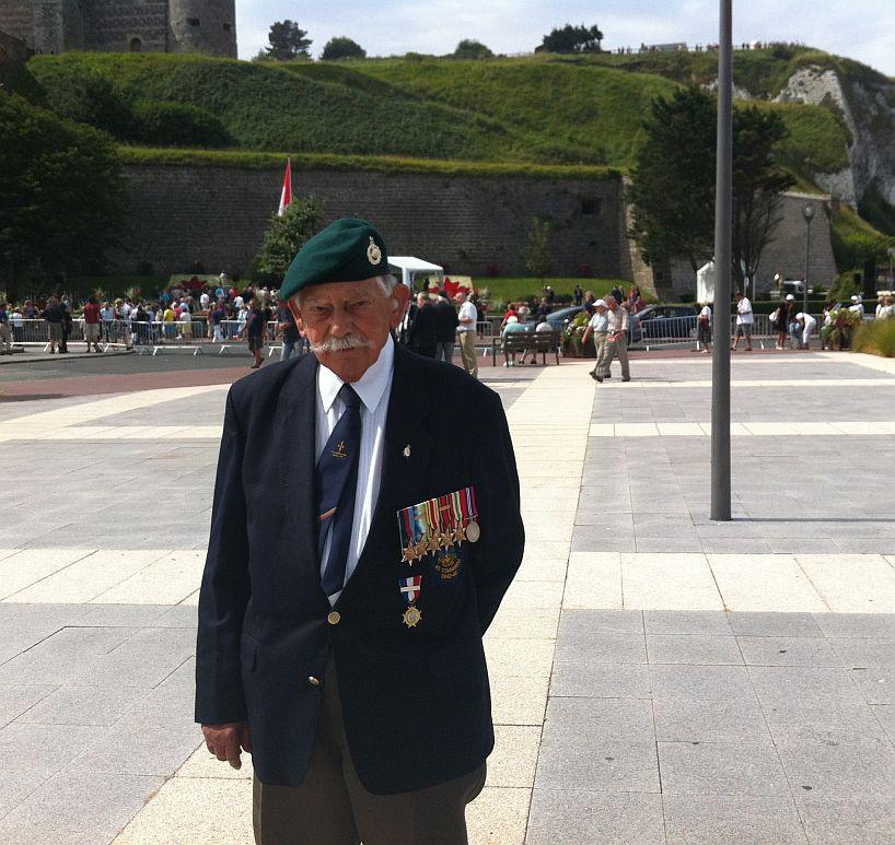 commémoration à Dieppe (1clickdown c'est pour toi ) Canadian-veteran-in-dieppe-3741afa