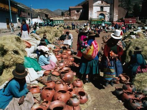 Peru - Page 6 Richard-i-anson-traders-selling-hand-crafted-pottery-at-market-in-san-pedro-village-cuzco-peru