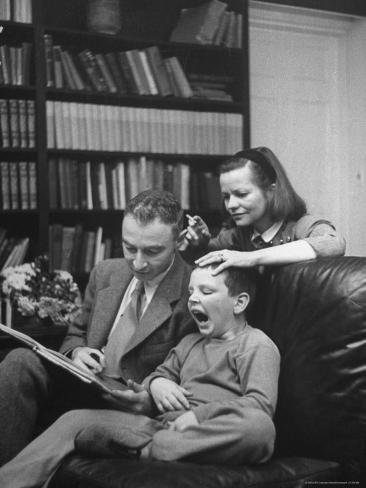 Belles images d'altruisme Alfred-eisenstaedt-j-robert-oppenheimer-reading-a-book-to-his-son-peter-and-wife