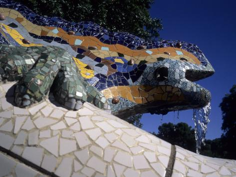 Gaudijeva arhitektura Taylor-s-kennedy-antoni-gaudi-was-first-to-use-recycled-construction-waste-in-works-parc-guell-barcelona-spain