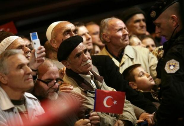 La nouvelle diplomatie turque? - Page 7 LiveImages%5CFoto%20Haber%5C423%5CKosova%27da%20Erdo%C4%9Fan%20co%C5%9Fkusu%5CR03210512